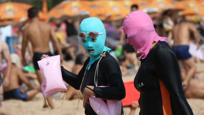 Face-Kini : Sur la plage, les Chinois se cagoulent pour ne pas bronzer