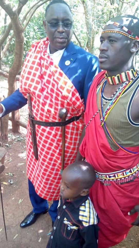 Macky Sall en tenue Massai au Kenya après leur avoir rendu visite ce dimanche