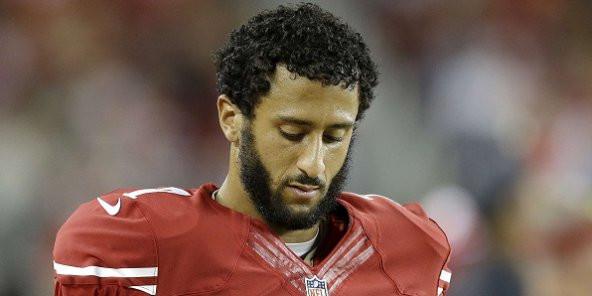 Un joueur de football américain refuse de se lever pendant l'hymne national pour dénoncer les violences faites aux Noirs