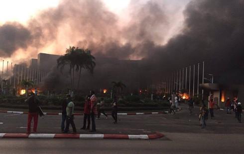 Présidentielle au Gabon : l'Assemblée nationale est incendiée à Libreville par des manifestants anti-Bongo