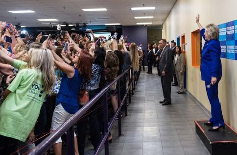 Cette photo avec Hillary Clinton résume parfaitement le narcissisme de notre époque