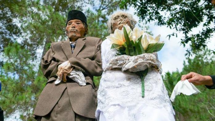 Pourquoi ces Indonésiens déterrent-ils leurs morts chaque année ?