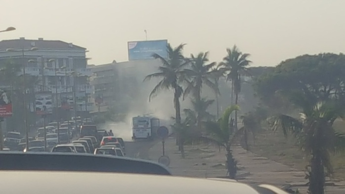 CORNICHE OUEST : Un bus prend feu à hauteur de la Direction Générale des Douanes