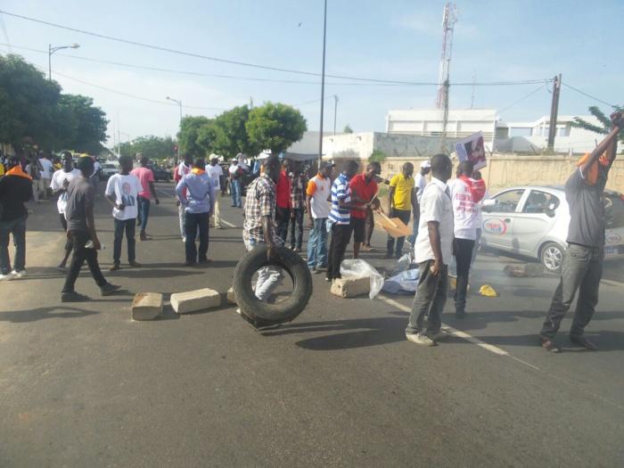 Face aux forces de l'ordre, des manifestants barrent la route et brûlent des pneus (IMAGES)
