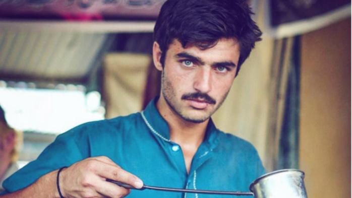 Pakistan : le vendeur de thé aux beaux yeux devenu mannequin grâce à Internet