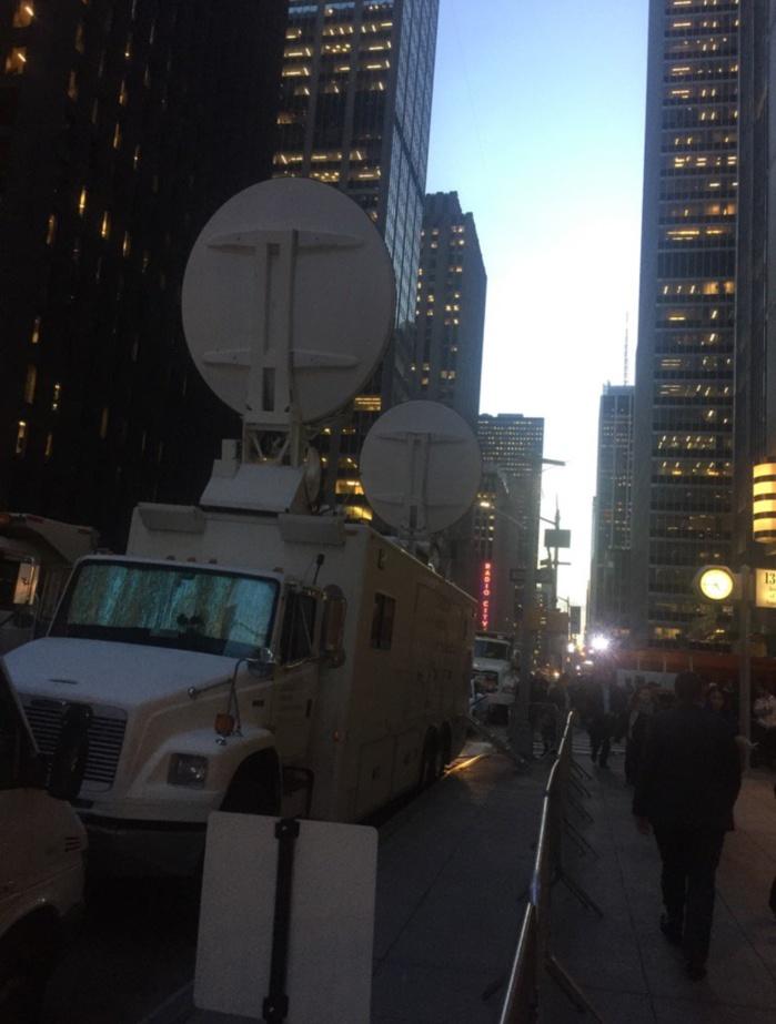 Les télés sont déjà en place pour la soirée de Trump au Hilton Midtown de New York