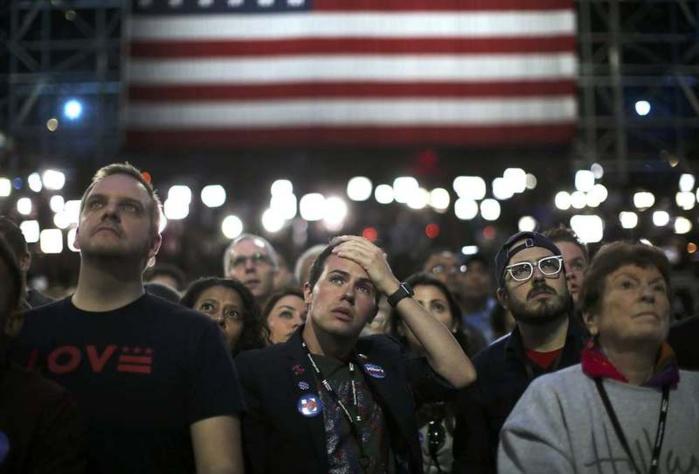 Les supporteurs d'Hillary Clinton de plus en plus inquiets au fur et à mesure que les résultats tombent, comme ici à New York.