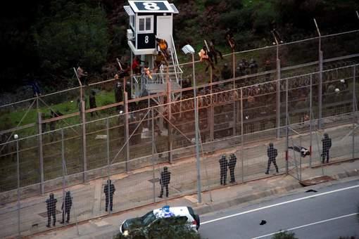 400 migrants forcent la frontière Maroc-Espagne à Ceuta