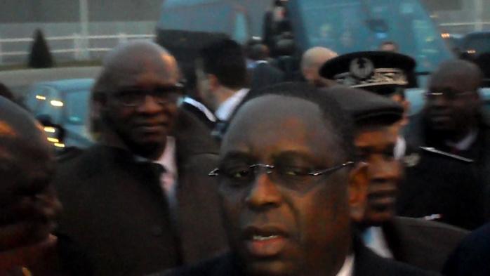 VISITE OFFICIELLE A PARIS - Macky  « tord le bras » au protocole, brave le froid et se « paie »  un bain de foule