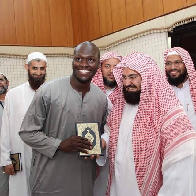 Moussa Sow, reçoit le cadeau de Son Excellence Sheikh Abdul Rahman Al-Sudais Imam des Deux Saintes Mosquées.