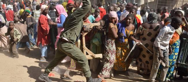 Vers des scènes de pillage en Gambie