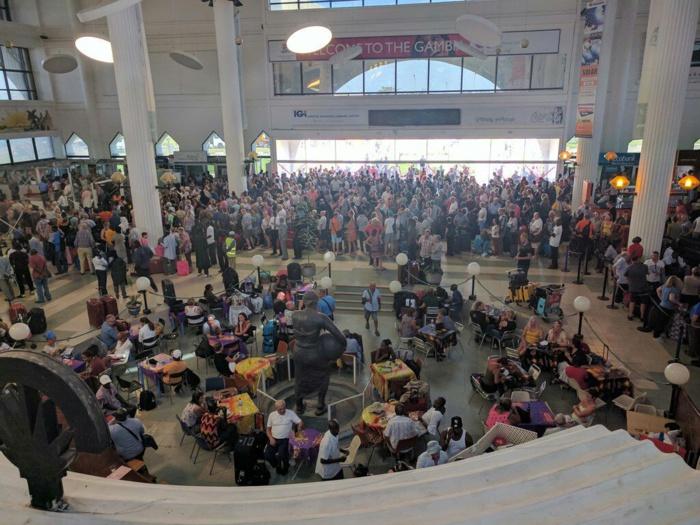Aeroport de Bakau : Étrangers et Gambiens fuyant la Gambie.