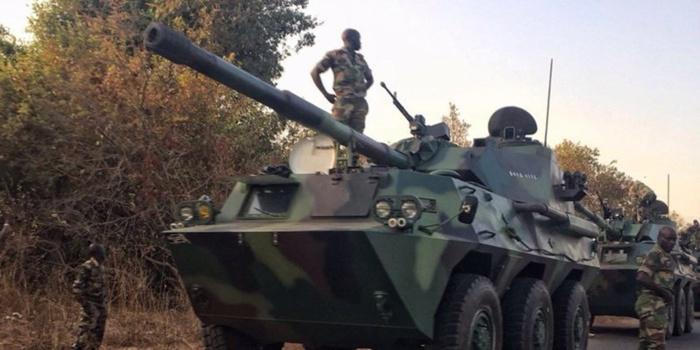 Kaolack : Des chars de combat ceinturent Jammeh
