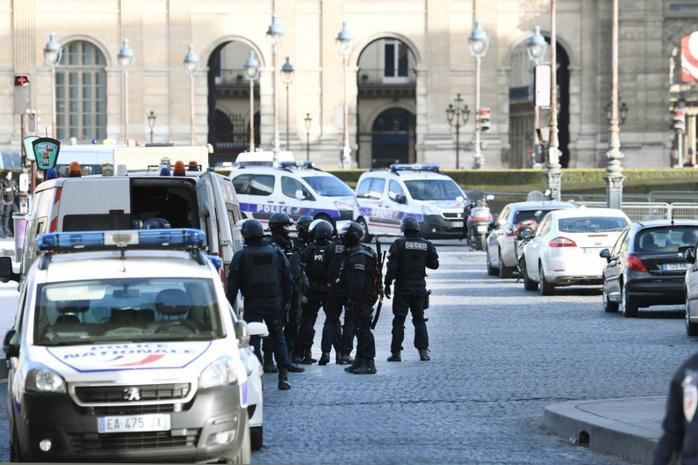 Paris : un militaire ouvre le feu après avoir été attaqué, le Louvre évacué