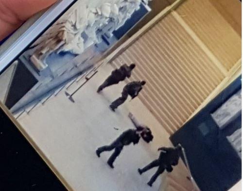 La première photo de l'attaque au Louvre