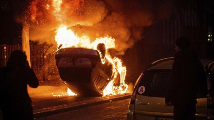 Violences à Bobigny : la police reconnaît que c'est un ado qui a sauvé une fillette d'une voiture en feu