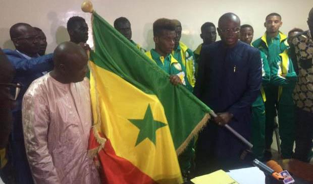 CAN U20 : Les Lions juniors ont reçu le drapeau national des mains du ministre des Sports