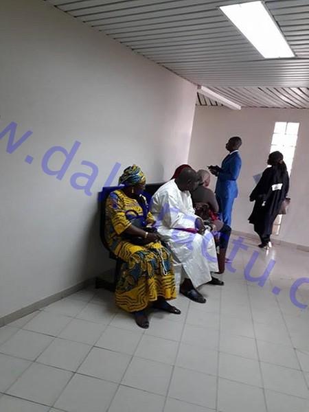 Khalifa Sall et ses collaborateurs dans les couloirs du bureau du Juge d'Instruction (IMAGES)