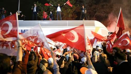 Référendum en Turquie: le oui s'impose, l'opposition conteste