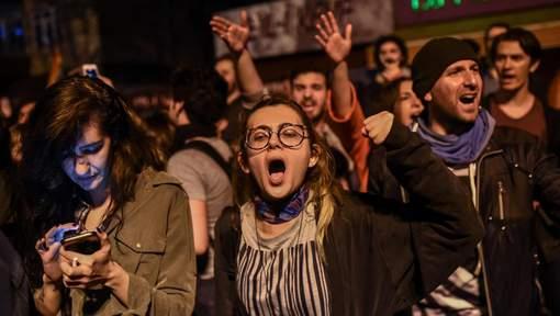 """Manifestations anti-Erdogan après la victoire du """"oui"""""""