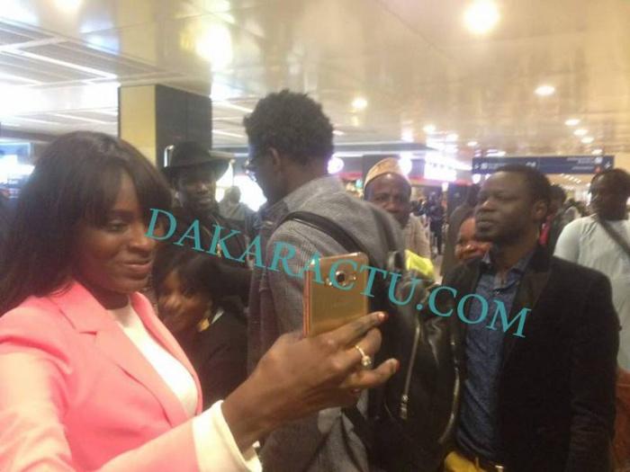 Aéroport d'Orly : Moment d'au revoir entre Wally Seck et ses Fans (Images)
