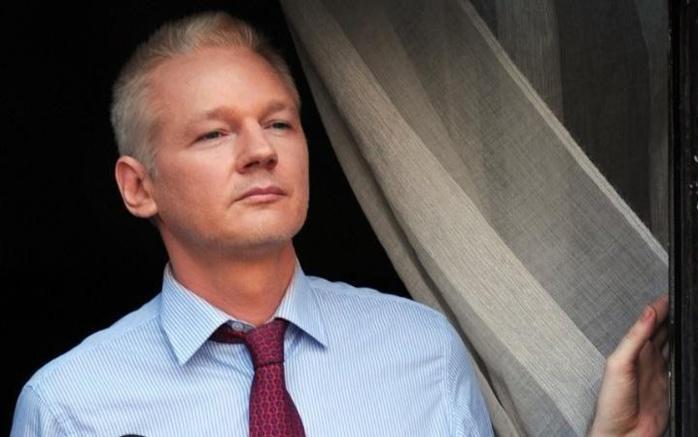 """La police britannique se dit """"obligée"""" d'arrêter Assange"""