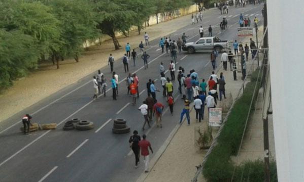 Chaude nuit à l'Université Gaston Berger de Saint-Louis :  Les étudiants bloquent  la route nationale n°2