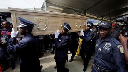 Un millier de personnes accueillent le corps de Cheick Tioté