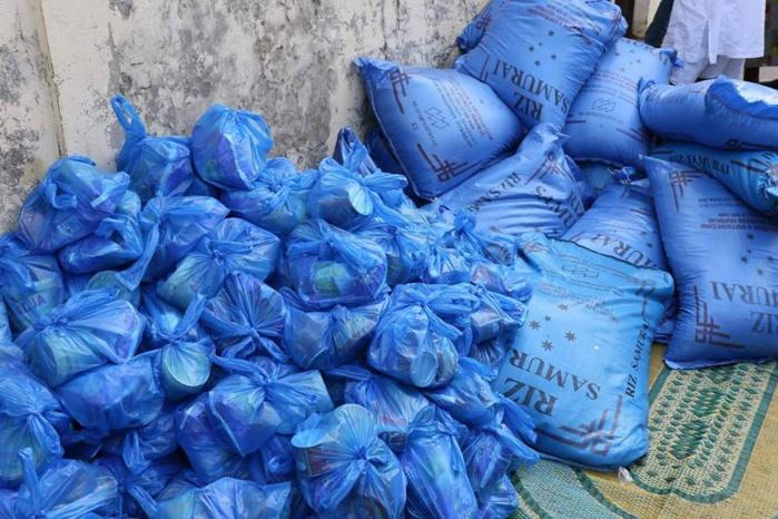 Distribution de Soukeurou Koor aux populations de la Médina par Oumar Sow, un proche collaborateur de Cheikh Ahmet Tidiane Ba Directeur général des Impôts et Domaines