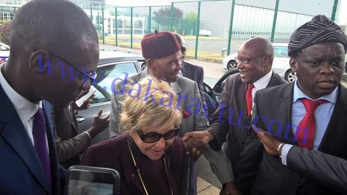 En compagnie de son épouse Viviane, Me Abdoulaye Wade a quitté Paris ce matin en direction de Dakar (IMAGES)