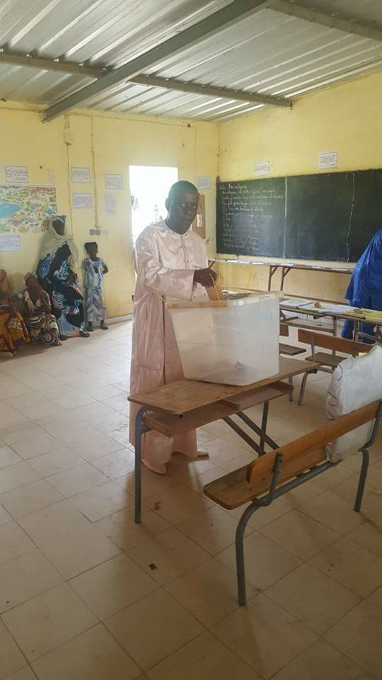 """Vote de Cheikh Tidiane GADIO, tête de liste de la coalition Pôle alternatif 3e voie """"Sénégaal Dey Dem"""" ce matin, à Gadiobé. (Images)"""