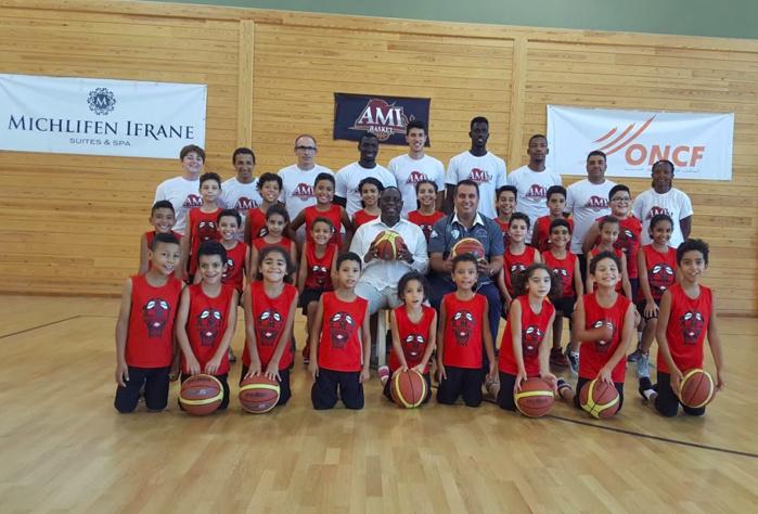 IMAGES : Le Président Macky Sall a rendu visite ce Mercredi soir à l'équipe de basket benjamine d'Ifrane au Maroc.