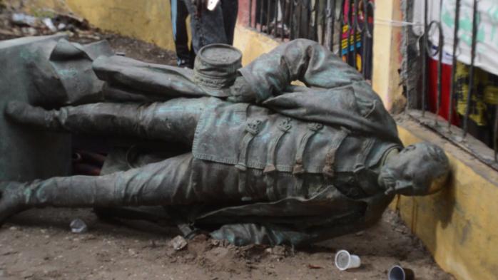 """Effondrement de la statue de Louis Léon Faidherbe : """" Elle sera remise à sa place """", selon Mansour Faye."""