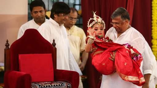 """Une fillette de 3 ans intronisée nouvelle """"déesse vivante"""" au Népal"""
