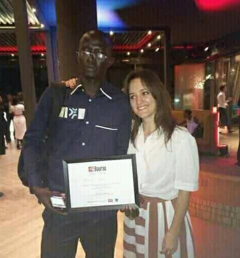 Le lauréat avec la fille de Claude Verlon, le journaliste de Rfi assassiné