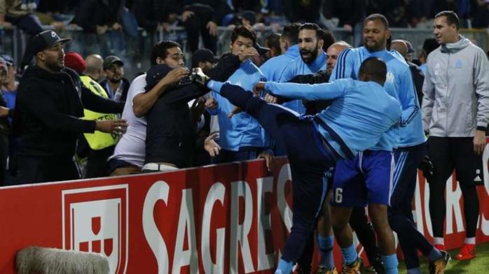 Les joueurs volent au secours de Patrice Evra