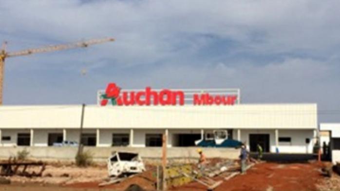 Acte de vandalisme au magasin Auchan de Mbour : Le panneau lumineux « Auchan Mbour » brûlé.