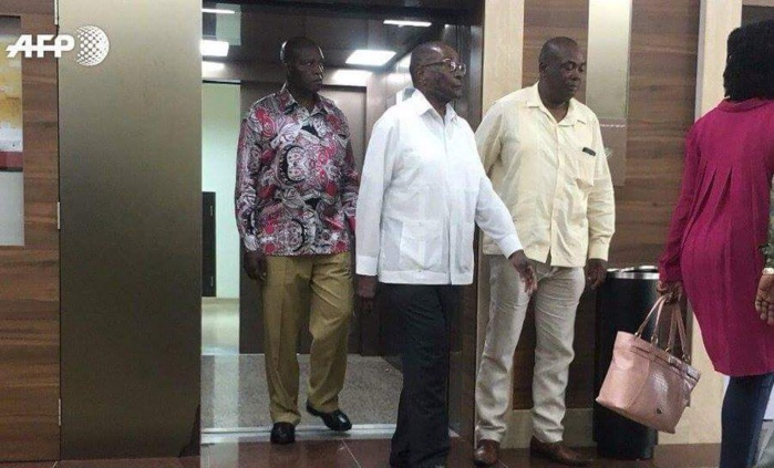 Voici les premières images de l'ex-président du Zimbabwe, Robert Mugabe. Il a été aperçu ce matin à la sortie d'un hôpital de Singapour.