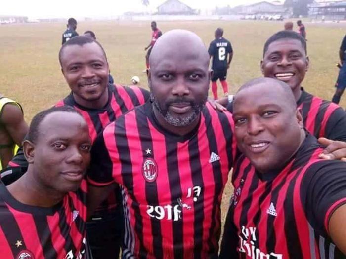 Le tout nouveau président de la République du Libéria  Georges Weah avec ses  compatriotes dans un terrain de football à Monrovia ce samedi 6 janvier 2018.