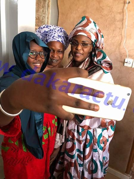 Marième Faye Sall en mode selfie avec la fille et la nièce du Khalife Général des Mourides à Touba