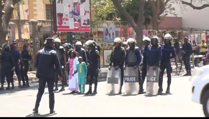 Grenades lacrymogènes à l'intérieur d'une école : La Police nie et indexe l'expansion des odeurs de gaz comme ayant affecté les élèves