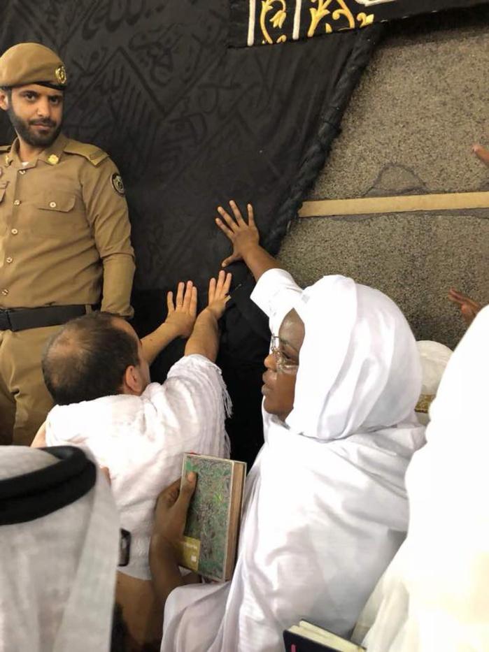 La première Dame Marième Faye Sall effectue une Oumrah à la Mecque (IMAGES)
