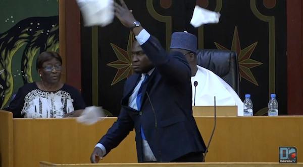 Parrainage : Toussaint Manga déchire le texte, un député de l'opposition a failli gifler son collègue de la majorité