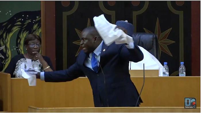 """Assemblée nationale : Toussaint Manga déchire le projet de loi sur le parrainage et clame que """"la guerre ne fait que commencer"""""""