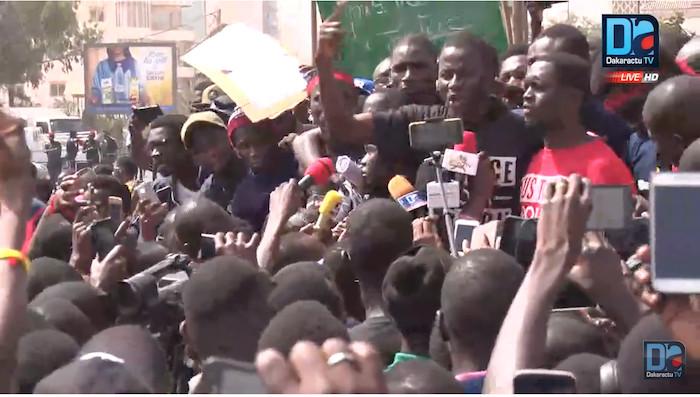 """""""Mary Teuw Dégage"""", """"Amadou Ba Voleur"""", """"Nous ne sommes pas corruptibles"""" : Le cri du cœur des étudiants"""