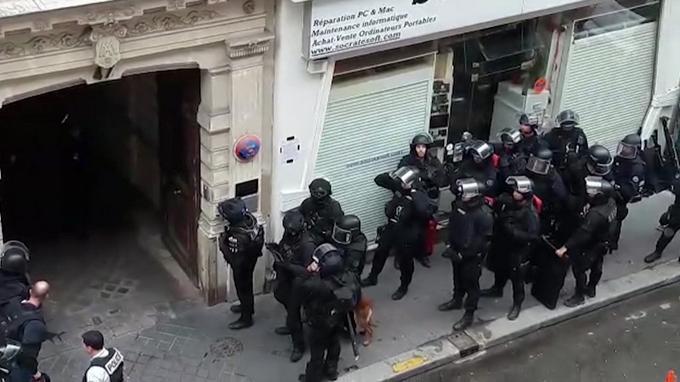 Prise d'otages à Paris : le forcené retranché, des négociations en cours