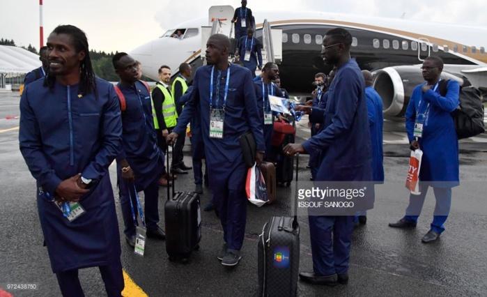 """Coupe du monde : Les Lions arrivés à l'aéroport de Kaluga sous la pluie, en boubou """"Obasanjo"""""""