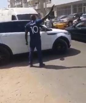 Insolite : Un homme tire sur les pneus d'un véhicule à Sacré Cœur