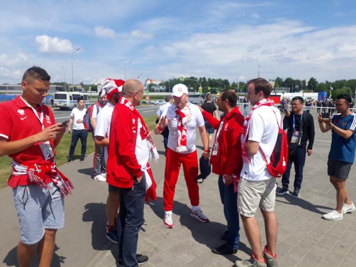 Ambiance bon enfant aux abords du stade Spartak quelques heures avant le match Sénégal-Pologne (PHOTOS)