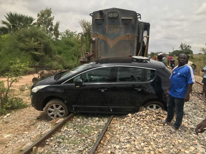 (VIDEO) Accident spectaculaire à Thiès : Un train traîne une voiture sur plus de 300 m